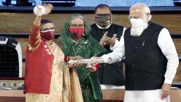 বঙ্গবন্ধুর 'গান্ধী পুরস্কার' গ্রহণ করলেন শেখ রেহানা