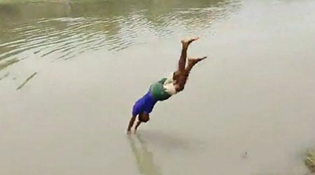 ফেসবুকে লাইভে এসে নদীতে ডাইভ, তলিয়ে গেলো কলেজছাত্র