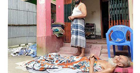 অসুস্থ পিতাকে ঘরের বাইরে উঠানে ফেলে রেখলো সন্তানরা