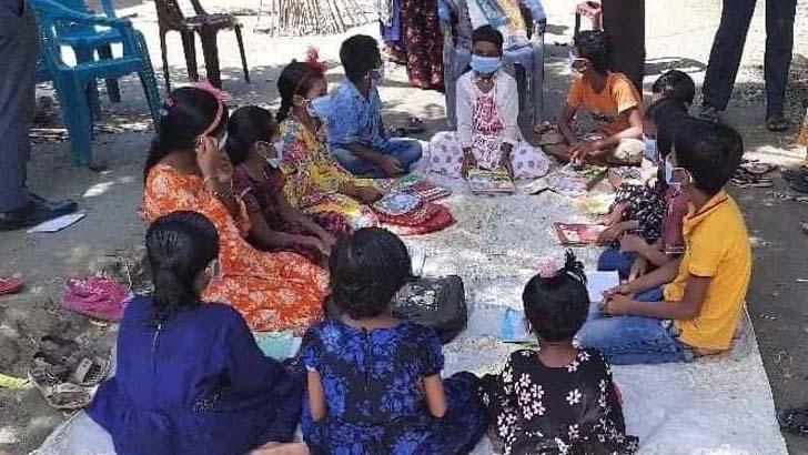 রাস্তায় ক্লাস করল শিক্ষার্থীরা
